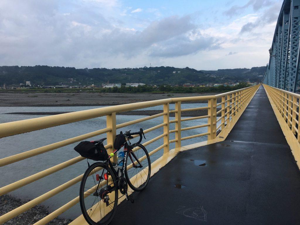 大井川を渡る