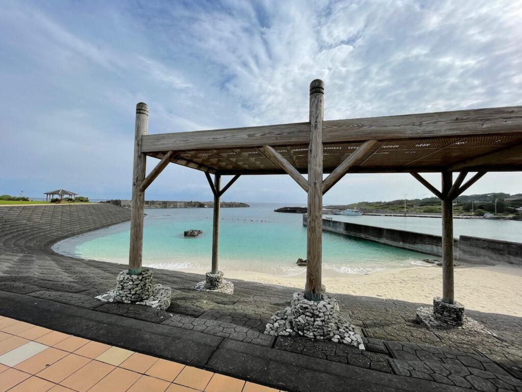 喜界島の海岸は珊瑚岩が多く泳げる場所は少ないようだ。ここは港の中に作られた人工リーフ